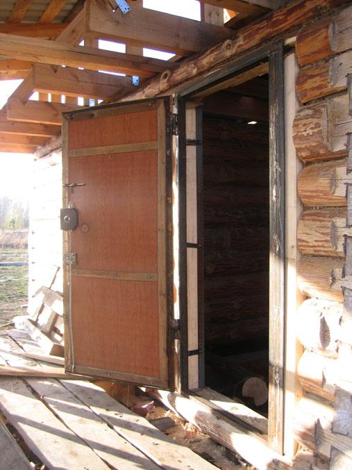 железная дверь в бревенчатый сруб